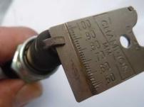 Elektrodenabstand einer verschlissenen Zündkerze, mit der im Motorbetrieb Aussetzer beim Gasgeben auftraten