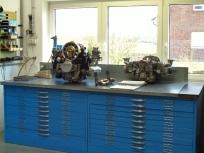Motor kurz vor der Fertigstellung auf der Montagebank