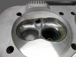 Leistungsfördernde Kur: modifizierter Brennraum des Zylinderkopfs mit zusätzlichem Kühlrippenpaket über der Zündkerze und auftragsgeschweißten sowie bearbeiteten Brennräumen.