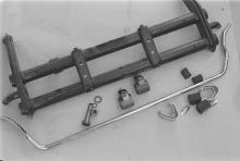 Bundbolzenvorderachskörper mit Stabilisator, Anbauteilen und Verstellnüssen zum Umbau für eine variable Tieferlegung. Die verstellbare Vorderachse wird in der Regel von den Zulassungsbehörden nicht als historischer Umbau anerkannt.