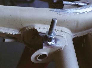 Schräglenkeraufnahme am Basistyp C, modifiziert zur Montage einer Drehmomentstütze für das Getriebe. Die Aussparung für die Aufnahme ist an neueren Mexikokäfer-Fahrgestellen bereits vorhanden.